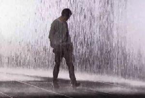 Chůze v dešti znamená, že se chcete zbavit negativu