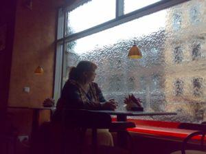 Pokud se skrýváte v obchodě z deště, budete překvapeni.